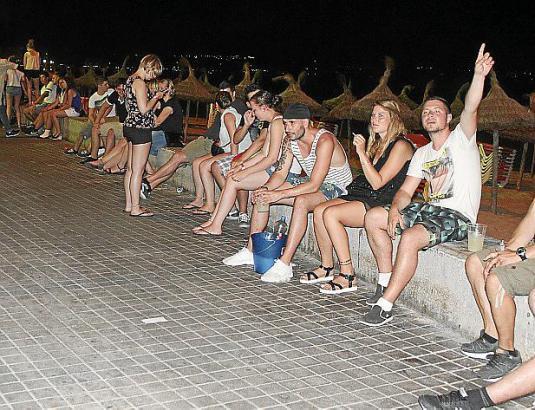 Trinken auf offener Straße steht an der Playa in Palma de Mallorca auf der Tagesordnung. Jetzt greift die Stadt stärker durch.