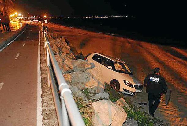Das Auto landete direkt im Sand.