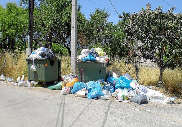 Müll über Müll: Die Behälter in Santa Maria sind hoffnungslos überfüllt.