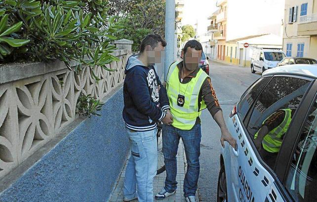 Einer der Minderjährigen bei seiner Festnahme in Cala Rajada im Nordosten von Mallorca.