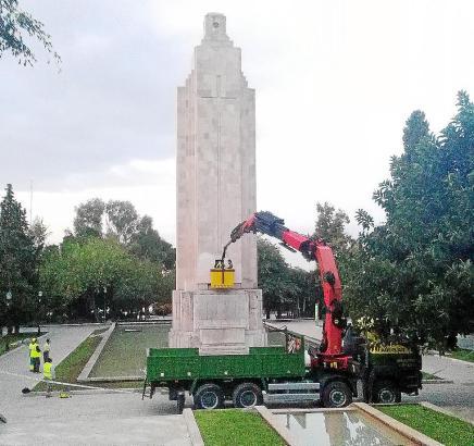 Am Donnerstag hatten Mitarbeiter der Stadtwerke bereits Gesteinsproben des Denkmals entnommen.
