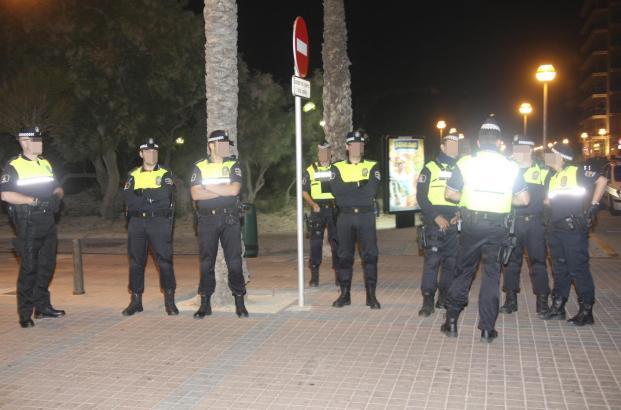 Das Archivfoto zeigt Beamte der Lokalpolizei bei einem Einsatz an der Playa de Palma.