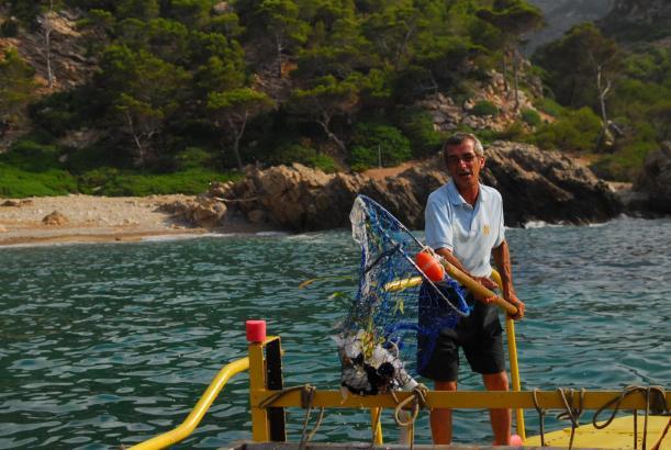 Regelmäßig sind Müllboote an den Küsten rund um Mallorca im Einsatz.