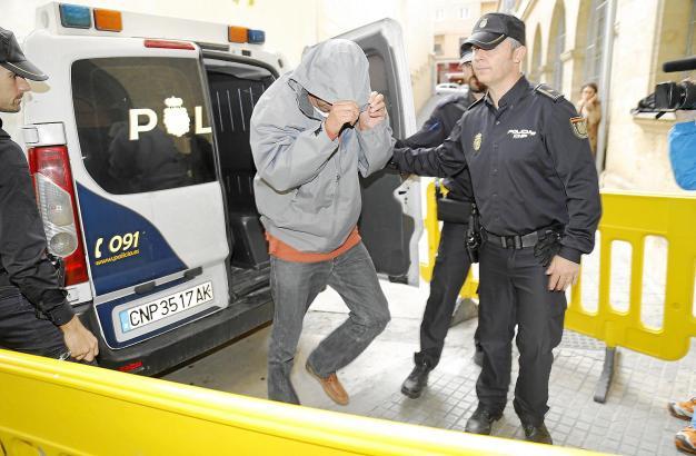 Einer der festgenommenen Polizisten auf dem Weg zur richterlichen Vernehmung in Palma.