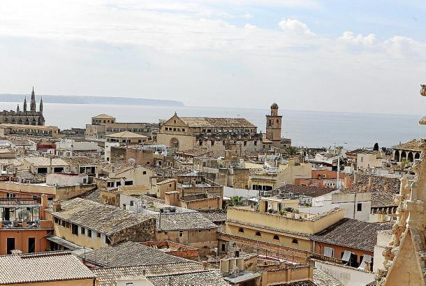 Blick auf die Altstadt in Palma de Mallorca. Möglicherweise düfen hier künftig nur ausgewählte Wohnungen an Touristen vermietet