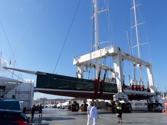 Mit einem speziellen Hebekrahn wird die Segelyacht an Land gebracht