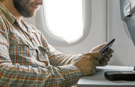 Selbst im Flieger sollen Reisende E-Mails checken und in sozialen Netzwerken stöbern können
