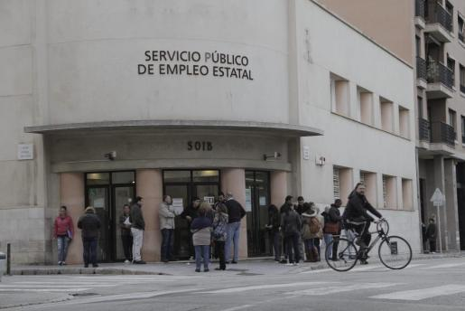 Das Archivfoto zeigt Menschen vor dem Arbeitsamt in Palma.