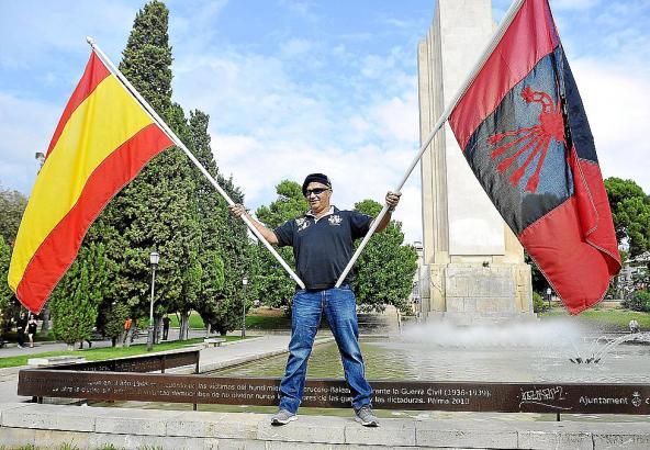 Dieser Mann wurde aufgefordert, die Fahne der faschistischen Falange-Partei (r.) zu entfernen.