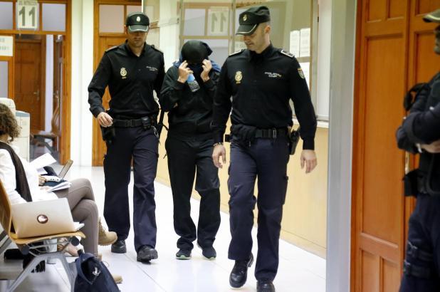 Das Archivbild zeigt Angehörige der Nationalpolizei, wie sie beschuldigte Kollegen der Lokalpolizei zur Vernehmung begleiten.