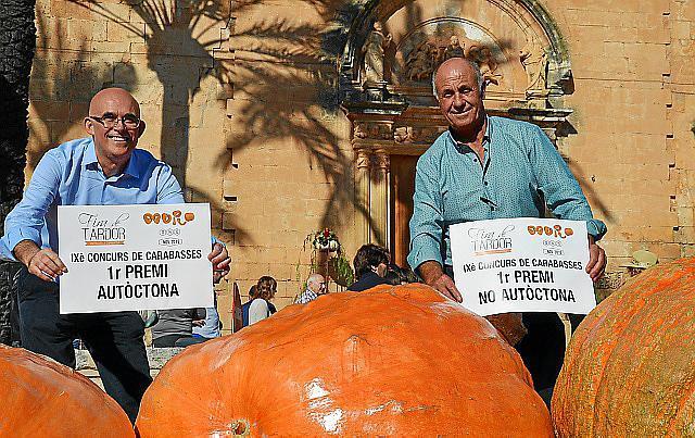 Sie haben die dicksten Kürbisse von Mallorca: Pep Ferriol (links, Sieger einheimische Kürbisse) und Miquel Cloquell (Sieger Impo