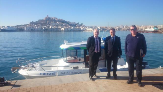 """Der Chef der balearischen Hafenbehörde, Joan Gual de Torrella (M.), hat auf Ibiza die """"Far de Portopí"""" vorgestellt, das neue Boo"""