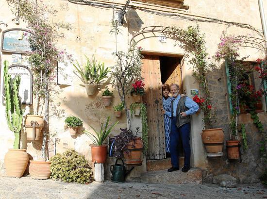 """Seit 40 Jahren leben Marina und Nils Burwitz in ihrem Haus inmitten von Valldemossa im Westen von Mallorca. """"Wir haben sofort ge"""
