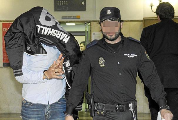 Zu drei Jahren Haft ist der Beamte der Guardia Civil (l.) auf Mallorca verurteilt worden. Er soll Ecstasy verkauft haben.