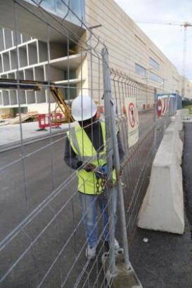 Ein Acciona-Mitarbeiter riegelte am Montag die Baustelle des Kongresspalastes von Palma de Mallorca ab.