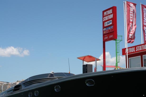 An der Tankstelle für Yachten im Hafen von Palma.