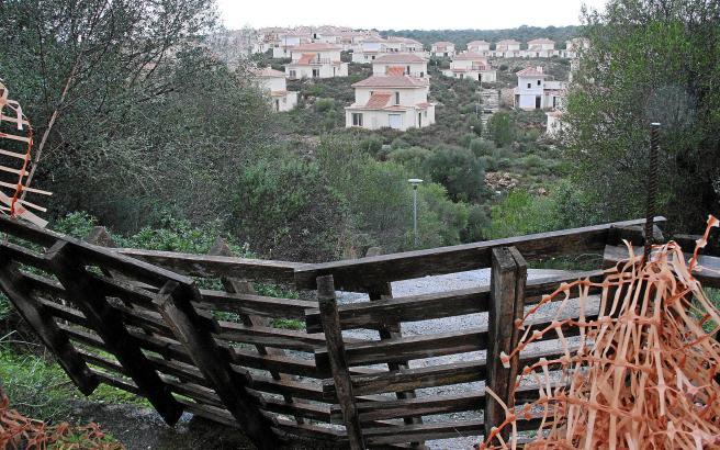 189 Chalets mit Doppelhaushälften beherrschen den Hügel links vom Torrent in Cala Romántica im Inselosten.