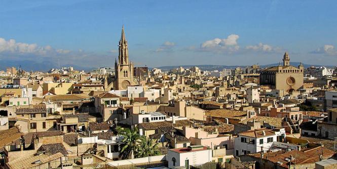 Die derzeitige Rechtslage: Wer eine Wohnung in einem Mehrfamilienhaus in Palma de Mallorca an Urlauber vermietet, darf seine Imm