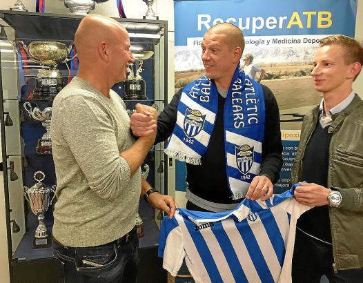 Vertragsunterzeichnung und Handschlag: Christian Ziege (M.), hier mit Präsident Ingo Volckmann (l.) und Sportdirektor Patrick Me