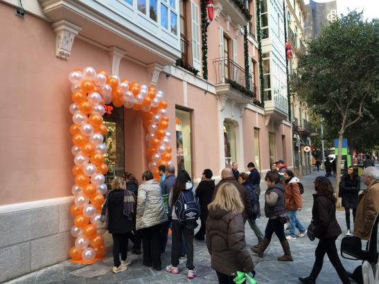 Reger Andrang: Rund zwei Dutzend Kaufwillige haben am Donnerstagmorgen darauf gewartet, die neue Müller-Filiale in Palma de Mall