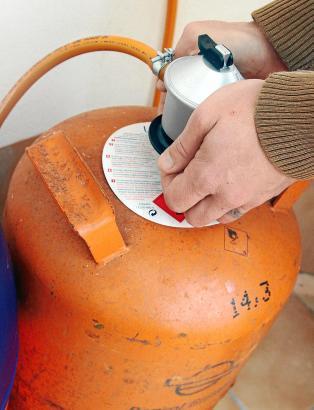 """Sind auf Mallorca aus vielen Haushalten nicht wegzudenken: die grellorangenen Gasflaschen """"Bombonas""""."""
