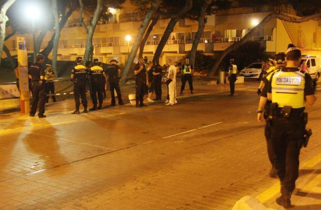 Das Archivfoto zeigt einen nächtlichen Einsatz der Lokalpolizei an der Playa de Palma.