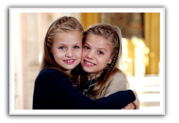 Prinzessin Leonor (l.) und Infantin Sofía schmücken die Weihnachtskarte des königlichen Palastes.