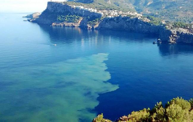 Das Schmutzwasser hinterließ vor Mallorca häßliche graue Flecken.