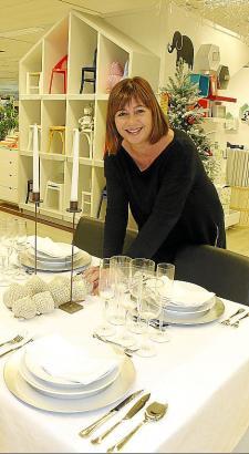Francina Armengol sucht im Kaufhaus Corte Inglés Dekoration für ihren Weihnachtstisch aus