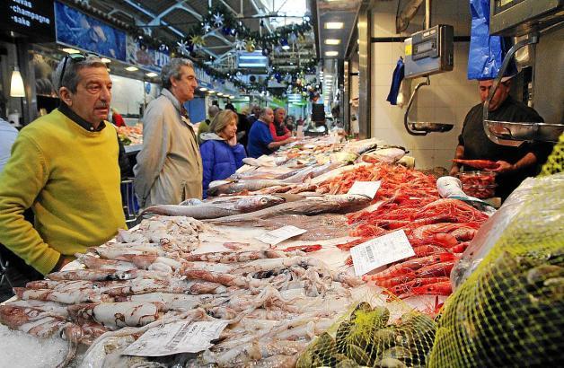 Im Markt des Santa-Catalina-Viertels wird frischer Fisch angeboten