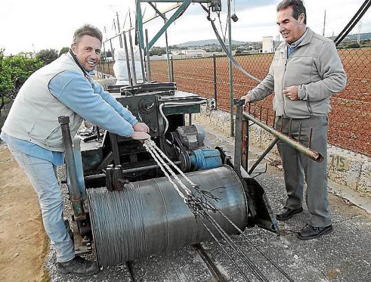 """Die Seiler hatten die ersten """"Eisenbahnen"""" der Insel. Das Gleis von Juan Llodrà - links mit Schwiegersohn Jaume Mateu - ist 250"""