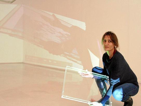Amparo Sard beim Vorbereiten ihrer Videoinstallation. Wasser setzt sie als Metapher für die Zeit ein.