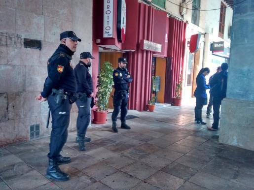 Polizeibeamte vor einem Lokal in Palma.