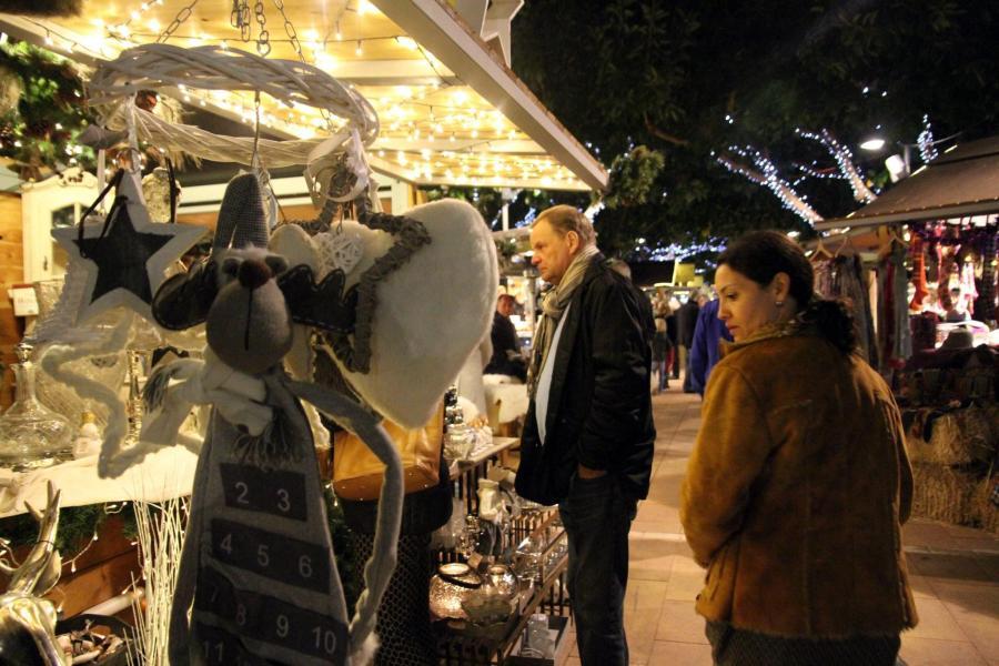Deutsche, Briten, Niederländer, Spanier – das Publikum auf dem Weihnachtsmarkt in Port Portals ist international.