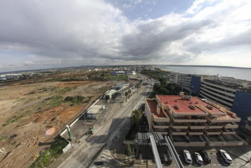 Das zum Teil mit Bauschutt verfüllte Feuchtgebiet von Ses Fontanelles (links im Bild) liegt an der Playa de Palma, zwischen Can