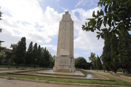 """Das umstrittene Denkmal im Sa-Feixina-Park in Palma erinnert an den Untergang der """"Baleares"""" sowie mittlerweile an die Opfer von"""