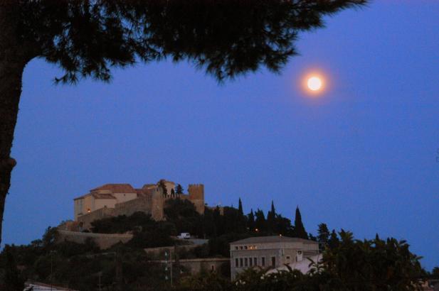 Vollmond über Artà im Nordosten von Mallorca. Dieses Leserfoto entstand im Frühjahr 2014. An Weihnachten dagegen war das Naturer