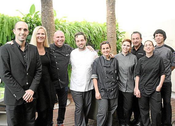 Marc Fosh (3.v.l.) mit Sous-Chef Toni Martorell, Ehefrau und Restaurantleiterin Iris Fosh sowie dem ganzen Team.