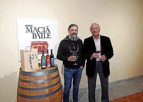 Künstler Max mit Bodega-Geschäftsführer Sebastià Rubí.