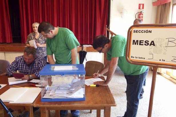 Das Archivfoto zeigt ein Wahllokal in einem Ort in der Inselmitte.