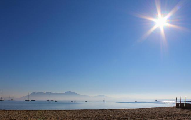 Morgendliche Nebel und viel Sonnenschein, so wie hier in der Bucht von Pollença, läuten den vierten Advent auf Mallorca ein.