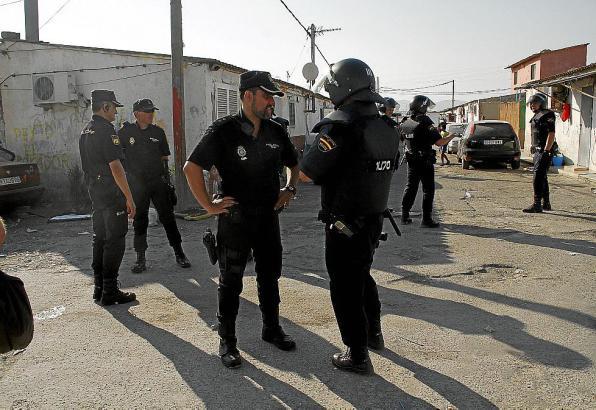 """Immer wieder sind Polizeieinsätze in Son Banya, dem """"Drogensupermarkt von Mallorca"""", problematisch."""