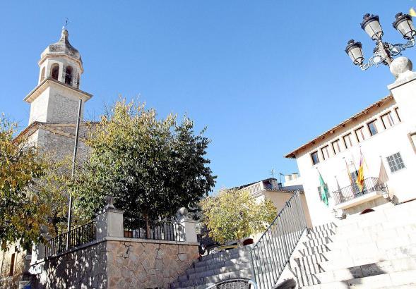 In Mancor de la Vall sind die Wege kurz – Kirche und Rathaus liegen direkt nebeneinander, mitten im Zentrum des kleinen Dörfchen