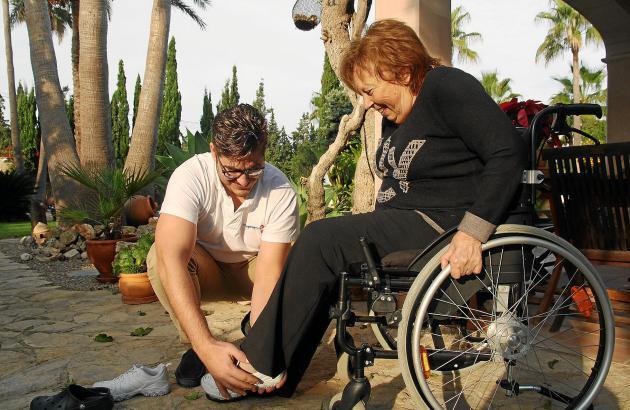 Krankenpfleger Antonio Alomar hilft Gisela Vollmar beim Anziehen. Die Kosten dafür übernehmen deutsche Pflegekassen auf Mallorca
