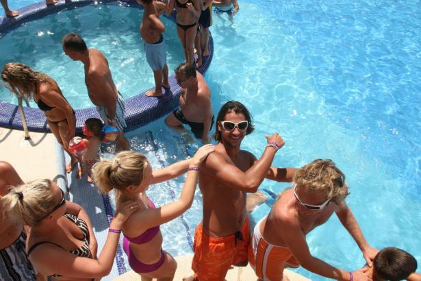 Das Archivfoto zeigte Gäste eines All-inclusive-Hotels auf Ibiza.