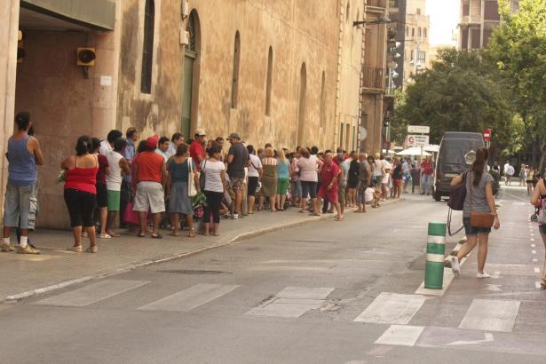 Unweit der Plaza España gibt es eine Straßenecke in Palma, an der bedürftige Menschen täglich anstehen, um Gratis-Lebensmittel z