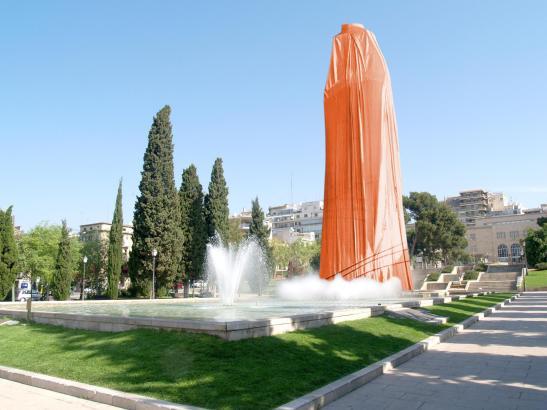 Der angeblich von Christo verhüllte Obelisk in Palma de Mallorca.