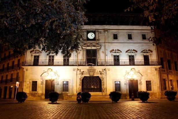 Das Rathaus in Palma mit nächtlicher Beleuchtung