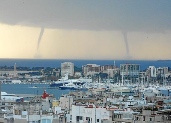 Diese zwei Wirbelstürme, sogenannte Wasserhosen, wüteten 2008 über dem Meer vor Palma