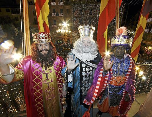 Der Gruß der Heiligen Drei Könige vom Balkon des Rathauses in Palma, hier im Jahre 2015,  ist der Höhepunkt des Umzuges.